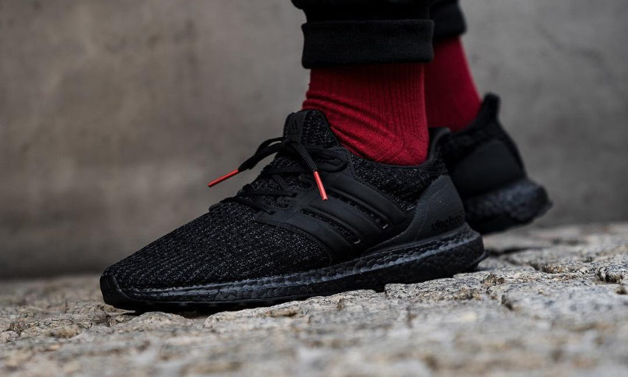 Adidas Ultra Boost 4.0 noire Core Black Active Red on feet