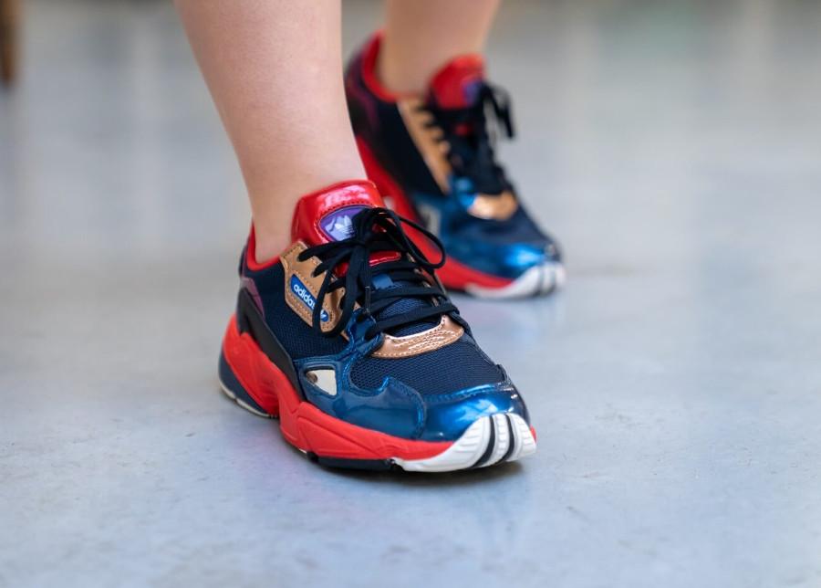 Adidas Womens Falcon Multicolore (cuir métallisé bleu doré et rouge) (2)