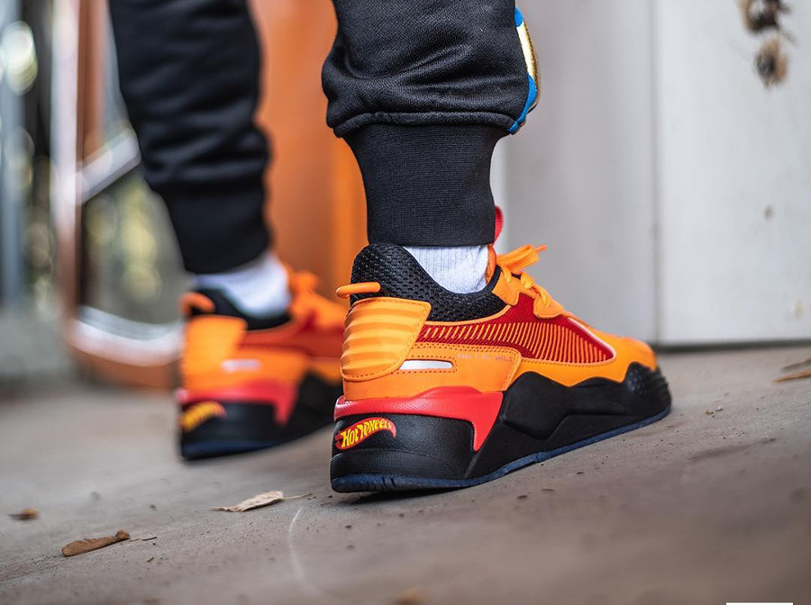Hot Wheels x Puma RS-X Toys Camaro orange et roug on feet (1)
