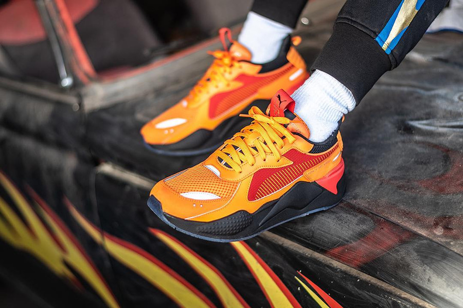 Hot Wheels x Puma RS-X Toys Camaro orange et roug on feet (2)