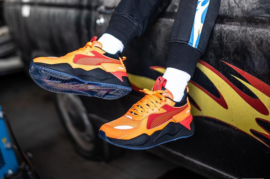 Hot Wheels x Puma RS-X Toys Camaro orange et roug on feet (3)