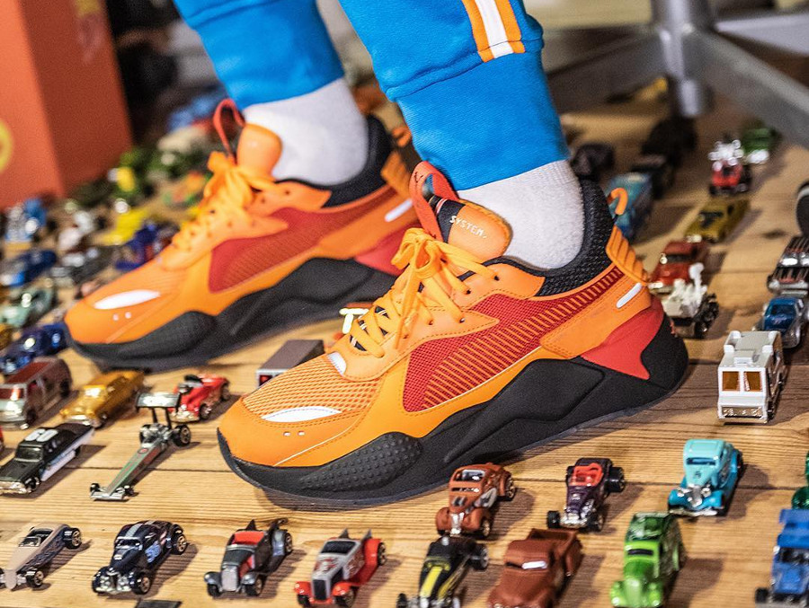 Hot Wheels x Puma RS-X Toys Camaro orange et roug on feet (4)