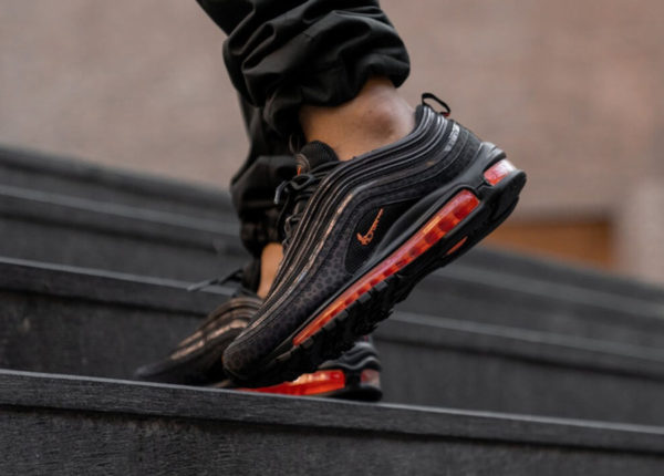 Nike Air Max 97 SE Reflective Safari noire et grise on feet