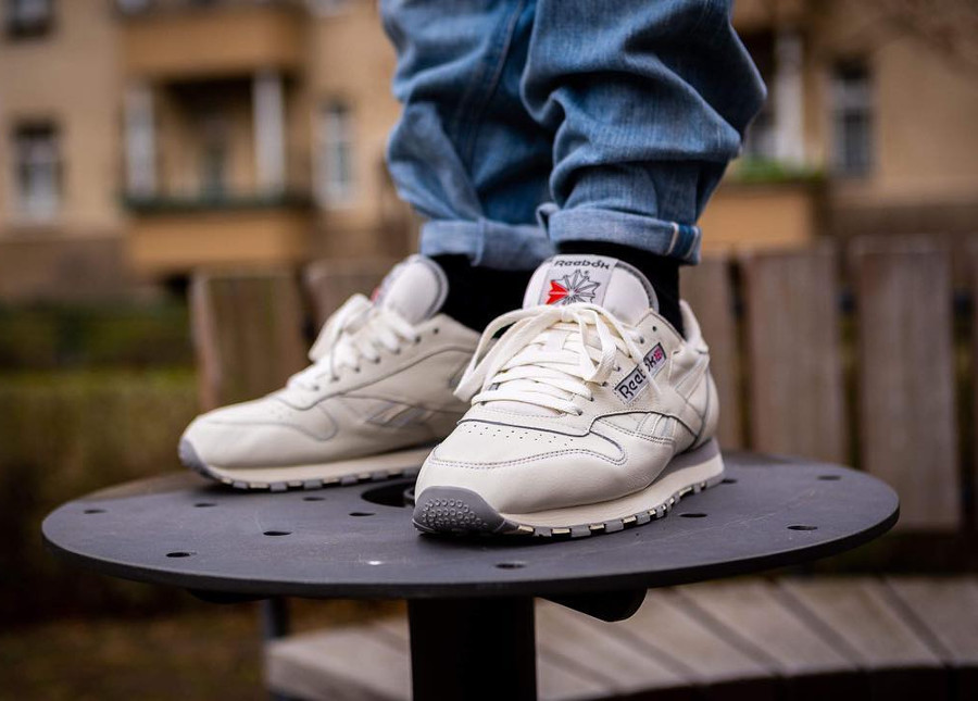 Reebok Classic CL Leather 1983 TV Beige Chalk on feet