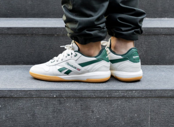 Reebok Unphased Pro beige et verte (gumsole) on feet (3)