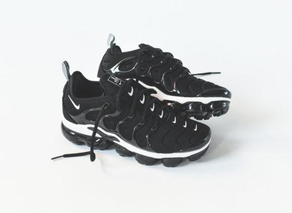 Nike Air Vapormax Plus noire avec plusieurs swoosh blancs  (1)