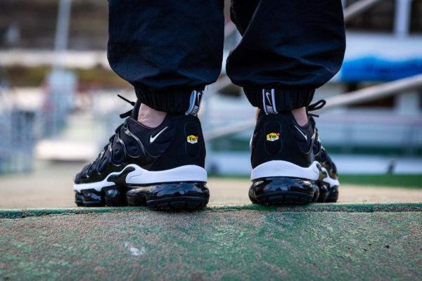 Nike Air Vapormax Plus noire avec plusieurs swoosh blancs  (4)