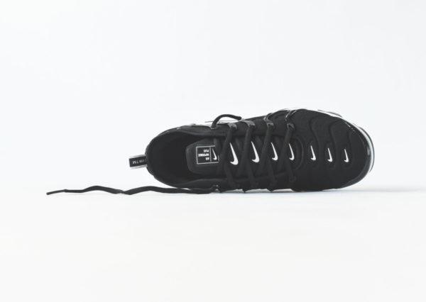 Nike Air Vapormax Plus noire avec plusieurs swoosh blancs  (5)