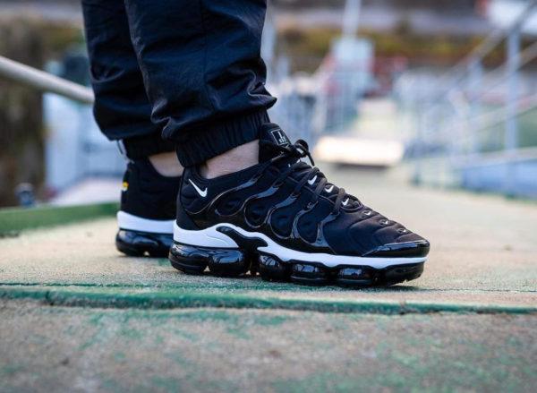 Nike Air Vapormax Plus noire avec plusieurs swoosh blancs  (6)