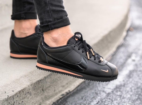 Nike Cortez femme Premium 72 Mini Swoosh Black Rose Gold on feet