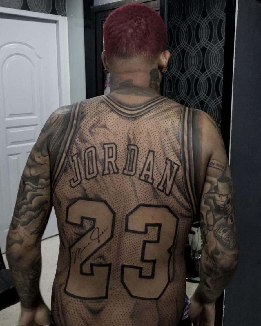 Tatouage Michael Jordan numéro 23 kon3vigaS