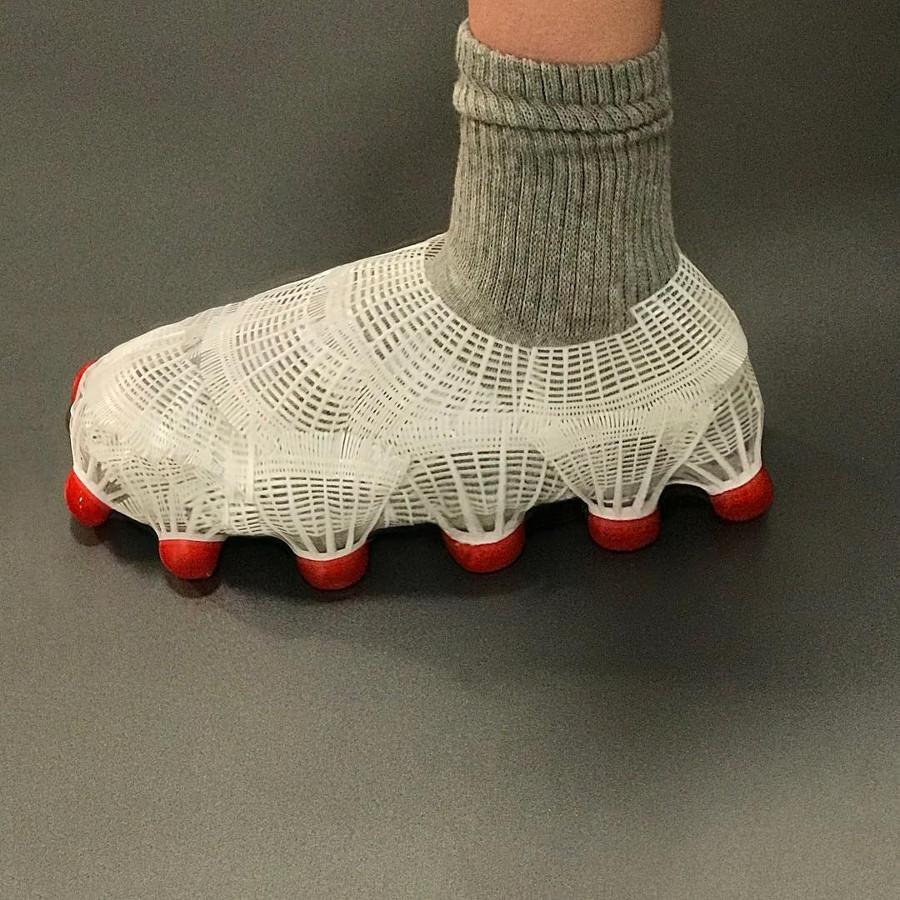 Une Vapormax avec des volants de badminton nicolemclaughlin