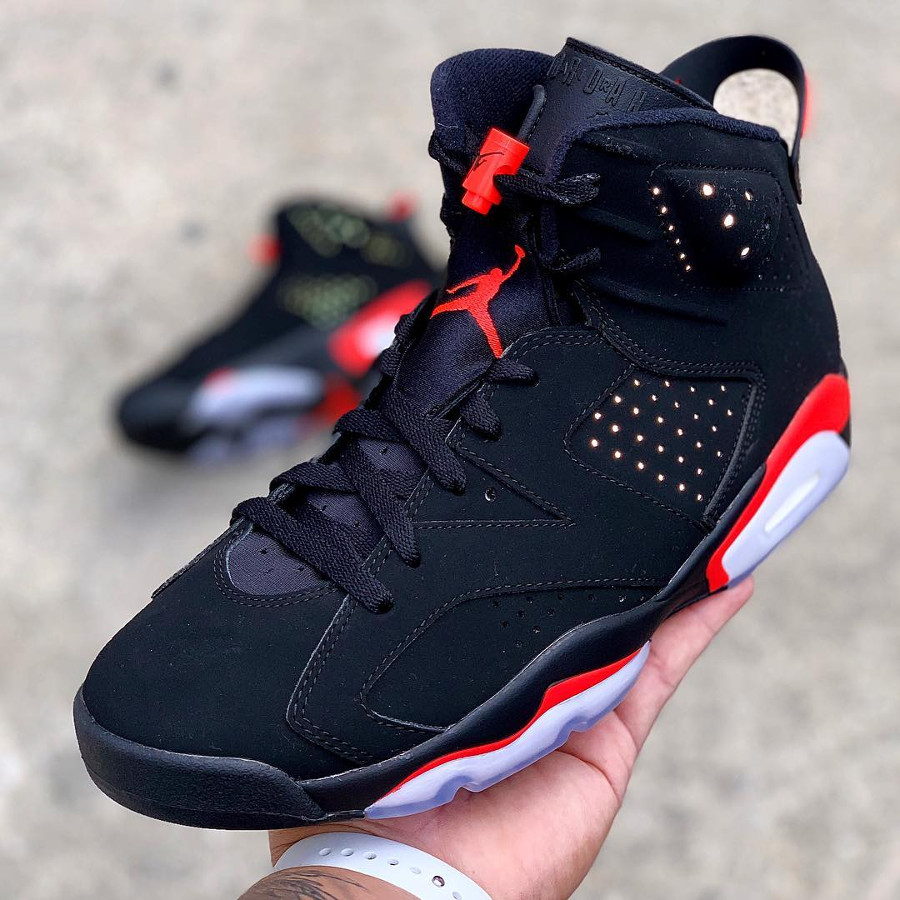 Air Jordan 6 OG noire et rouge avec un Nike Air (1)