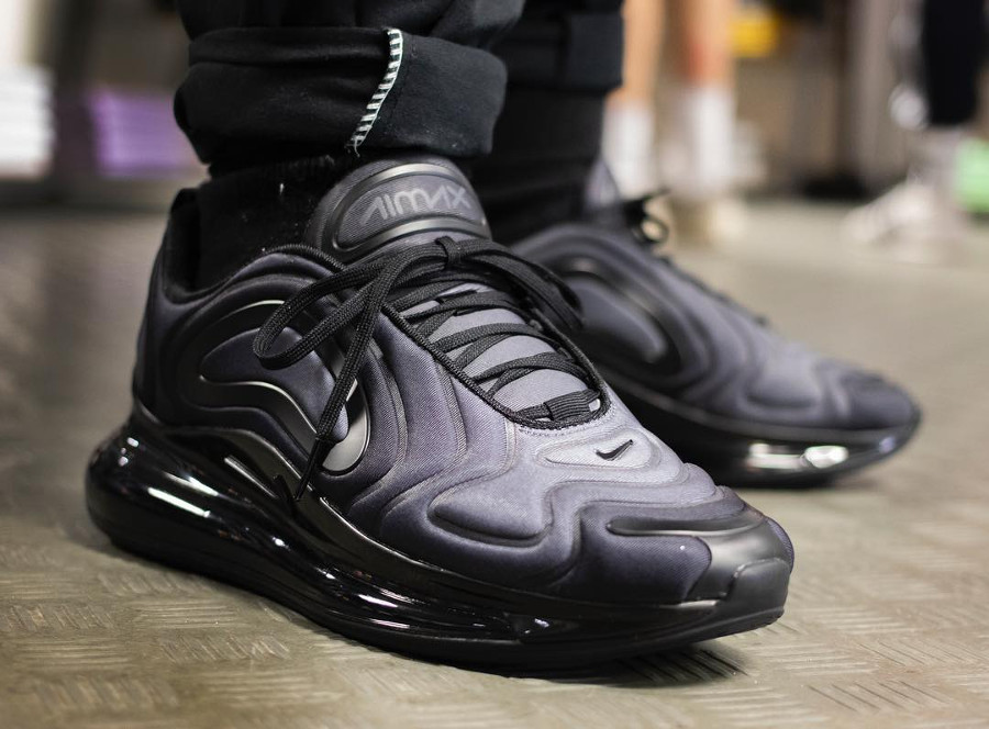 Nike Air Max 720 noire et grise on feet