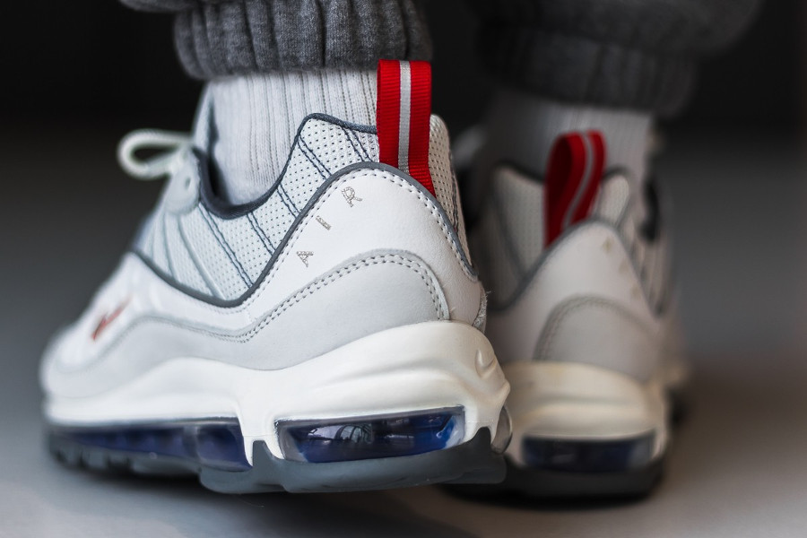 Nike Air Max 98 blanche gris métallique rouge et bleue (2)