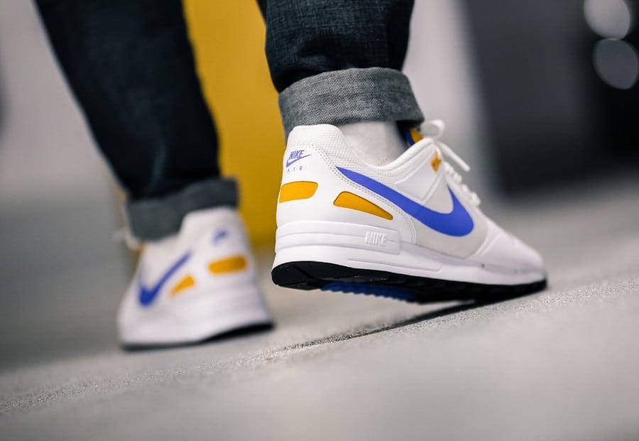 Nike Air Pegasus 1989 blanche bleue et jaune on feet (1)