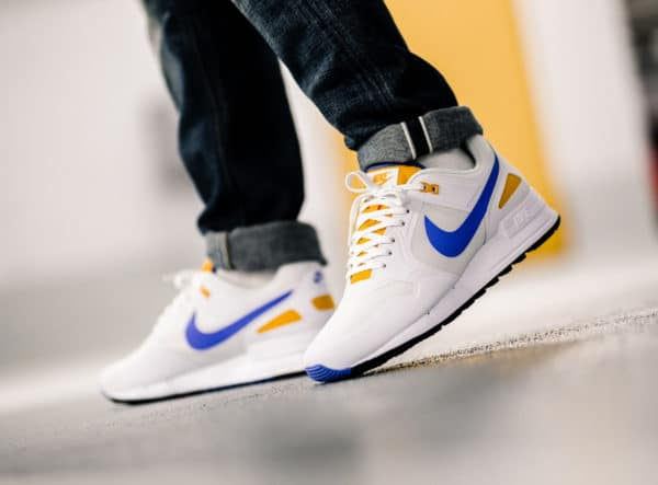 Nike Air Pegasus 1989 blanche bleue et jaune on feet (2)