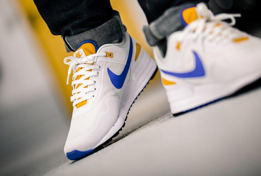Nike Air Pegasus 1989 blanche bleue et jaune on feet (3)