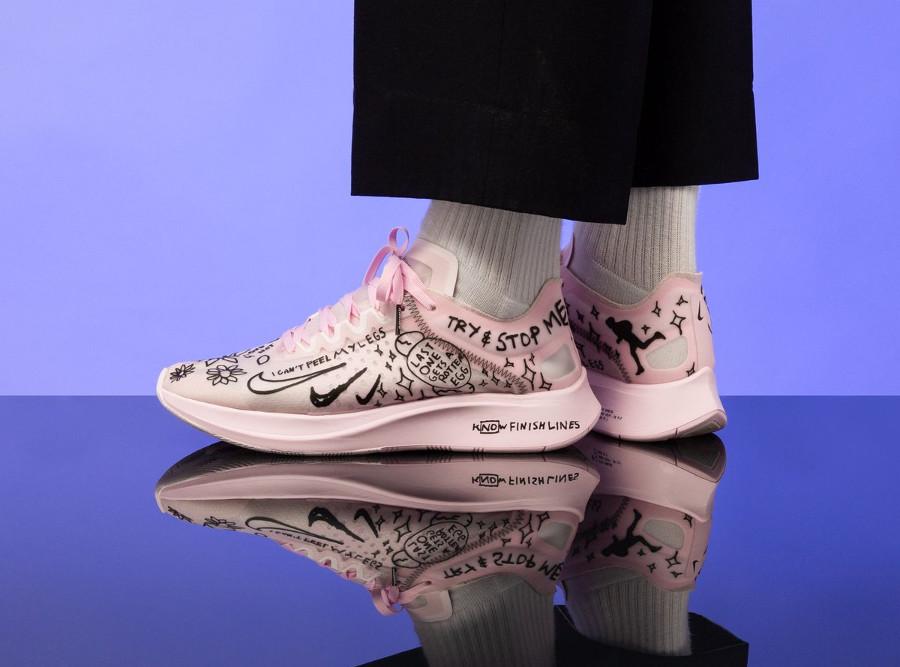 Nike Zoom Fly SP Fast toute rose avec des dessins noirs (3)