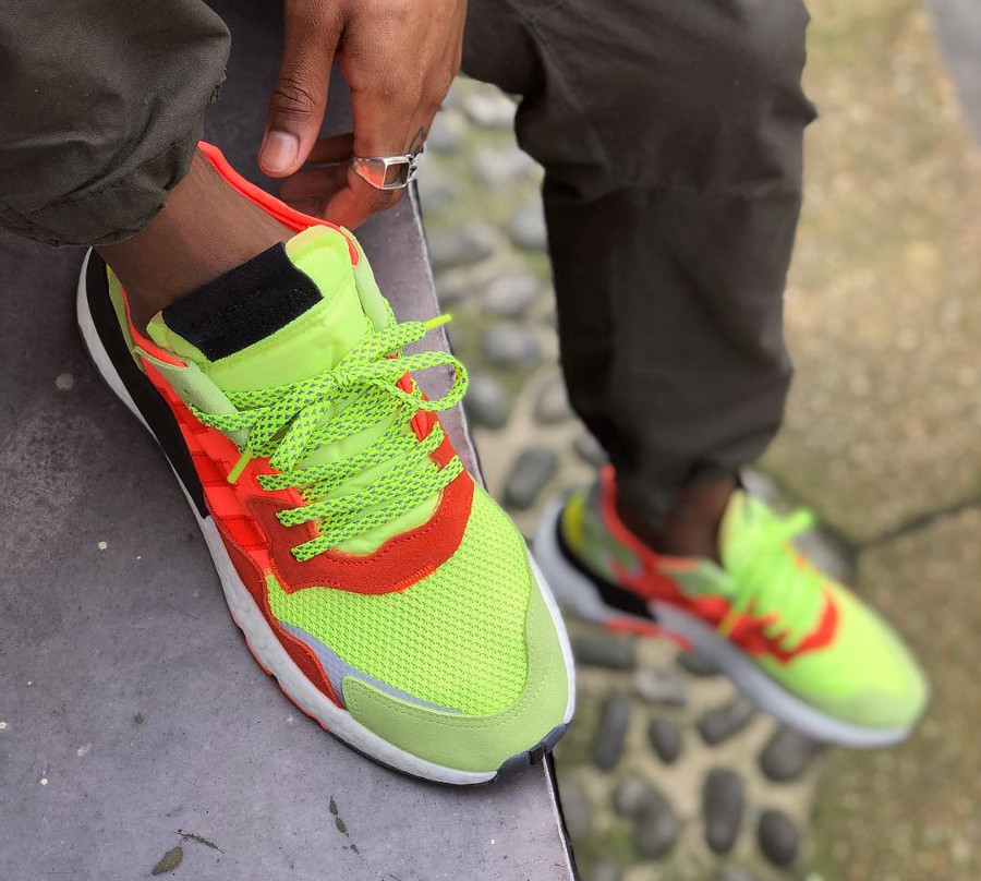 Adidas Nite Jogger jaune fluo et orange on feet (1)