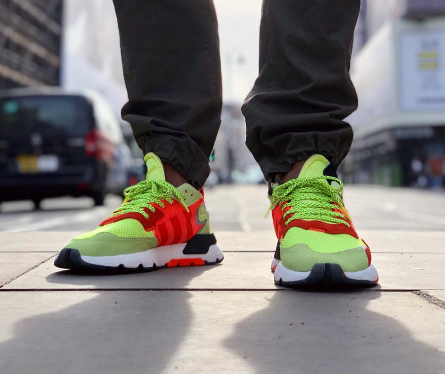 Adidas Nite Jogger jaune fluo et orange on feet (3)