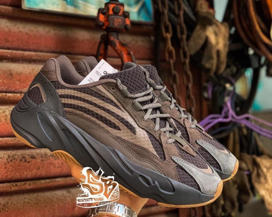 Adidas Yeezy 700 Boost V2 marron et grise (2)