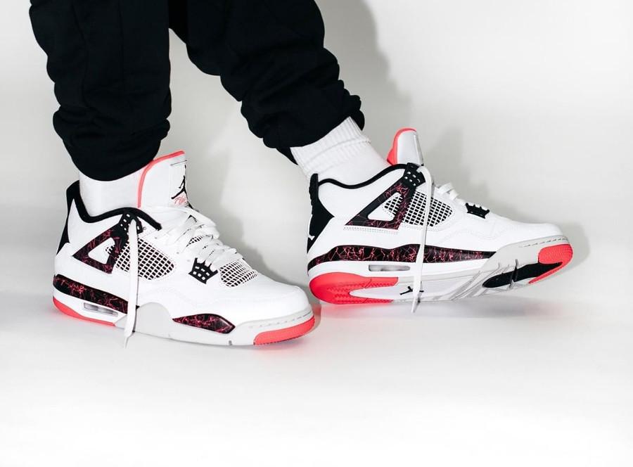 Air Jordan IV Retro blanche avec des taches de peinture rose (3)
