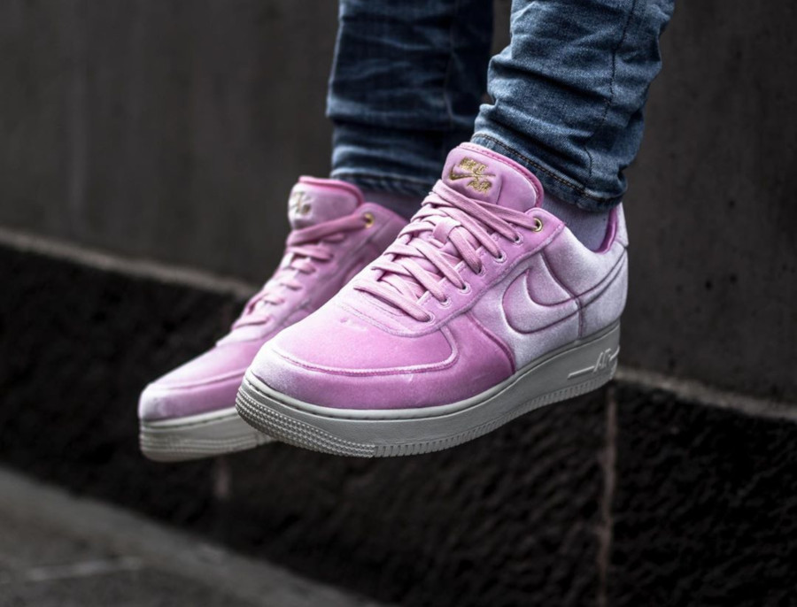 Nike Air Force 1 '07 PRM 3 en velours rose AT4144-600 (1)