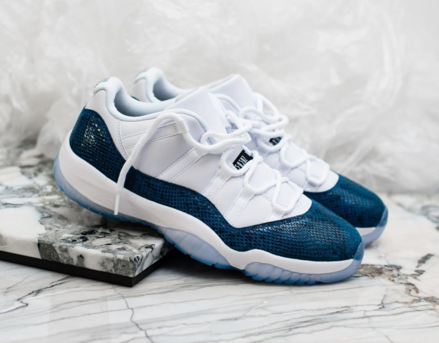 Air Jordan 11 Low avec imprimé serpent bleu marine (1)