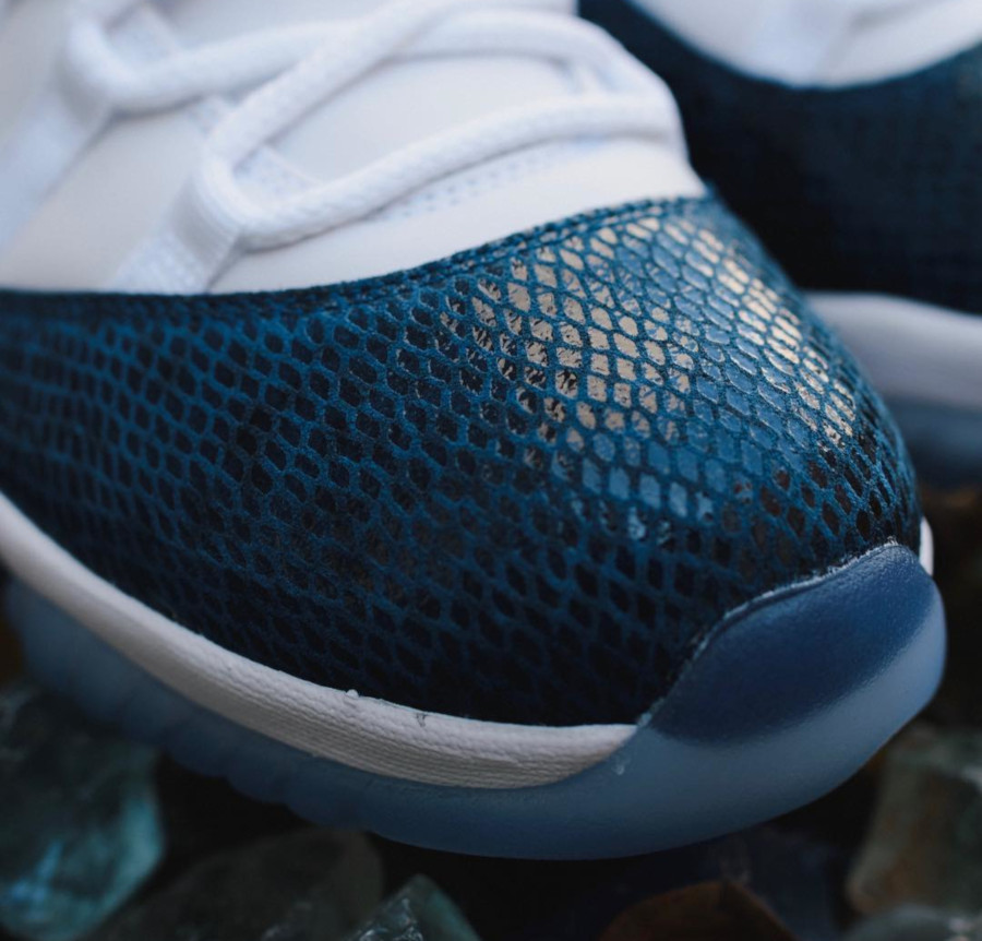 Air Jordan 11 Low avec imprimé serpent bleu marine (2)