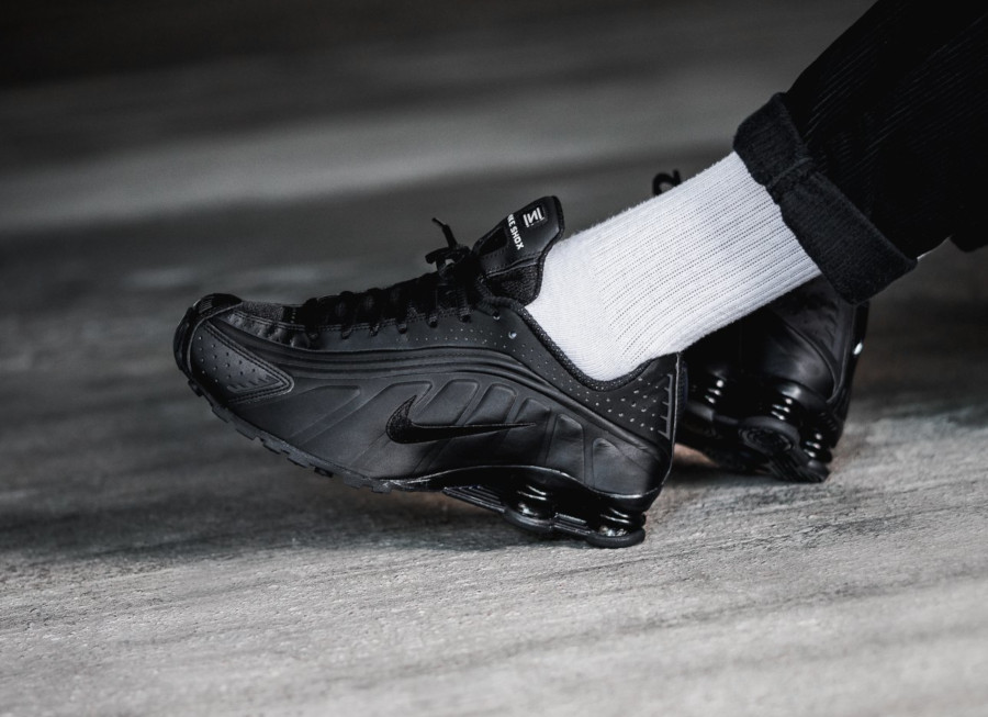 Nike Shox R4 Triple Black (2)
