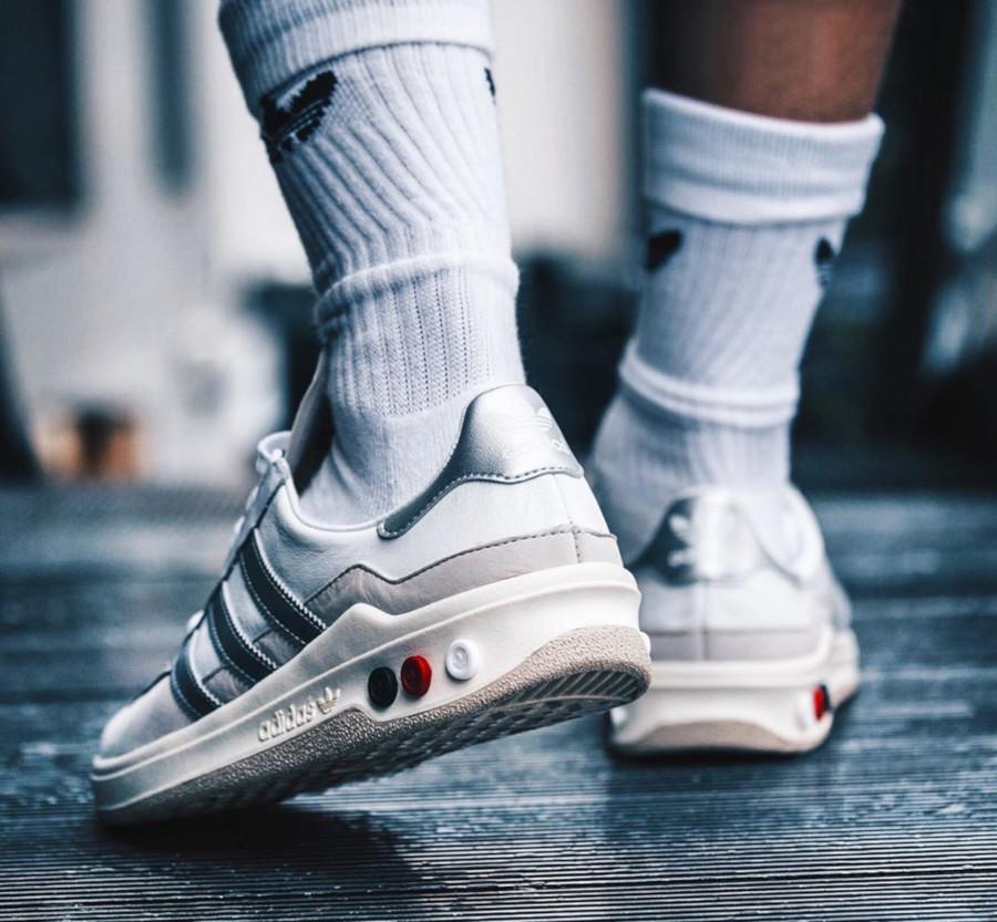 Adidas Galaxy blanche et gris métallique rétro 2019 (3)