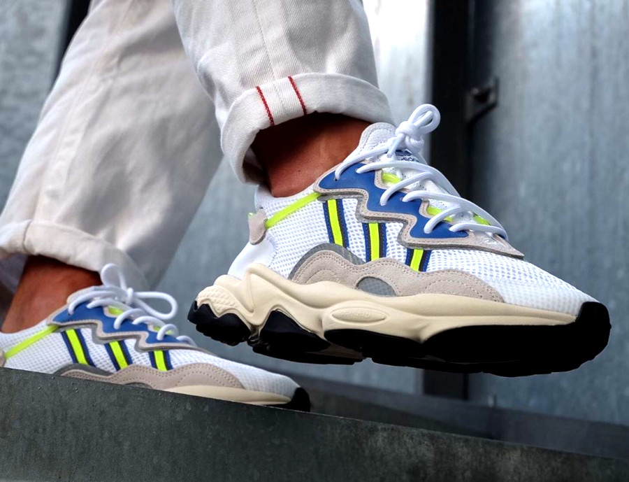 Adidas Ozweego 2019 blanche grise bleu et jaune fluo on feet (1)