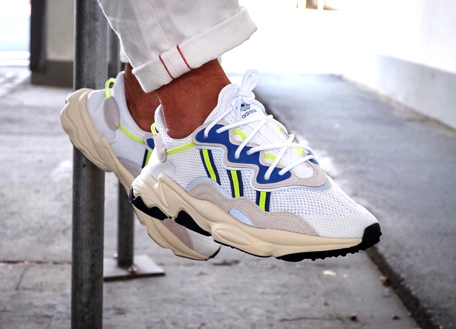 Adidas Ozweego 2019 blanche grise bleu et jaune fluo on feet (2)