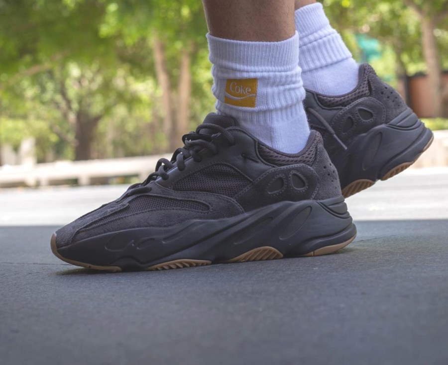 Adidas Yeezy 700 noire avec une gumsole (1)