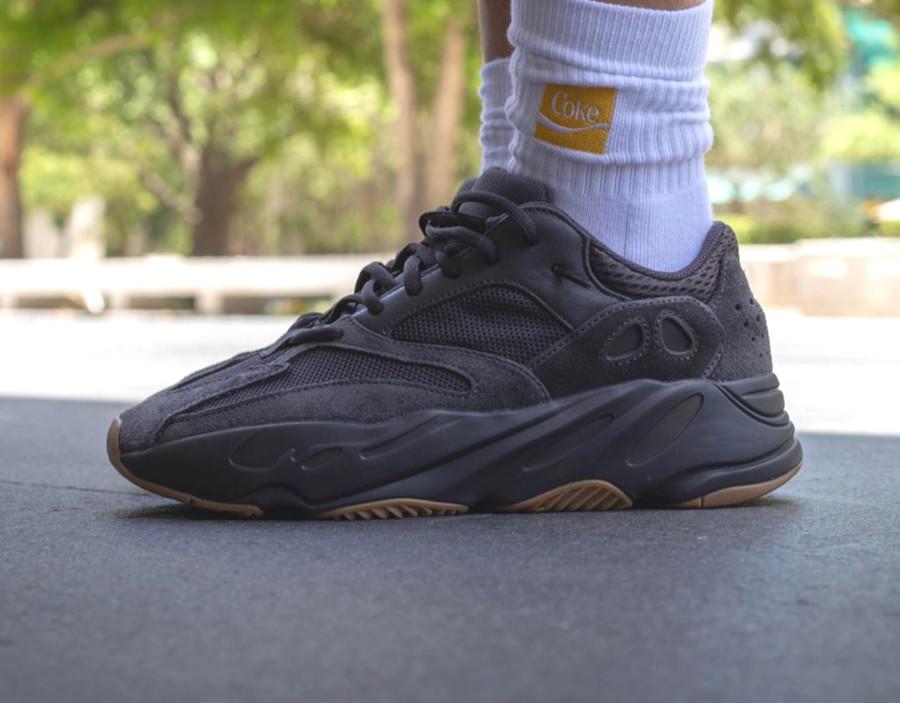 Adidas Yeezy 700 noire avec une gumsole (2)