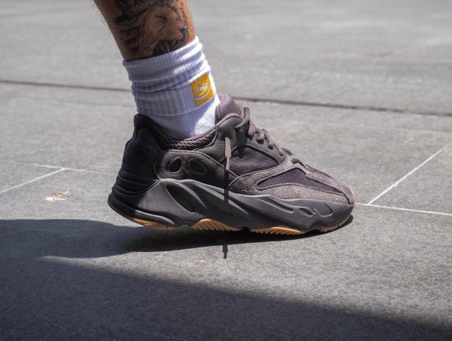 Adidas Yeezy 700 noire avec une gumsole (3)