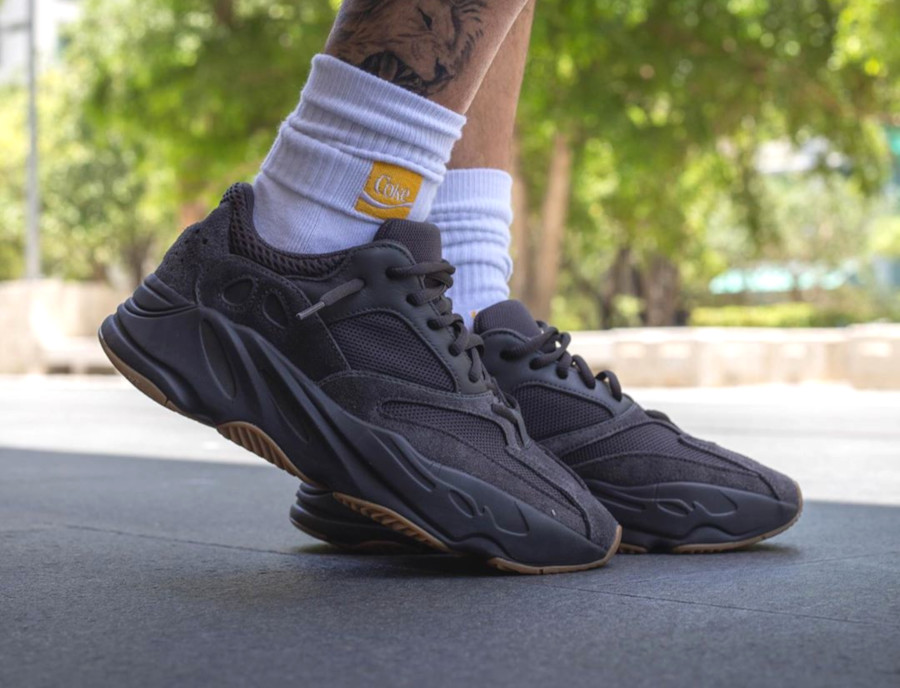 Adidas Yeezy 700 noire avec une gumsole (4)