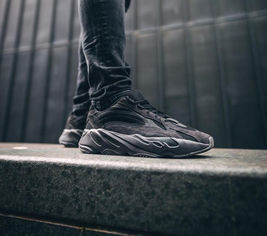Adidas Yeezy Boost 700 V2 Triple Vanta FU6684 (2)