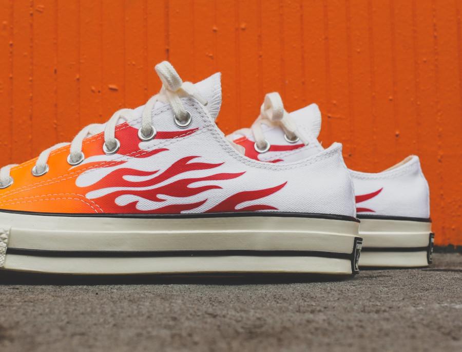 Converse Chuck Taylor 70 blanche avec des flammes rouges et orange (1)