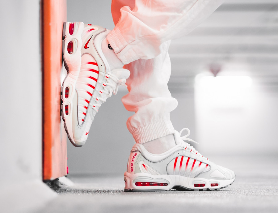 Nike-Air-Max-Tailwind-IV-grise-blanche-et-rouge-1