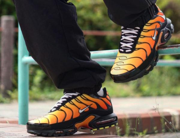 Nike Air Max Plus noire avec un dégradé orange 852630-040 (couv)