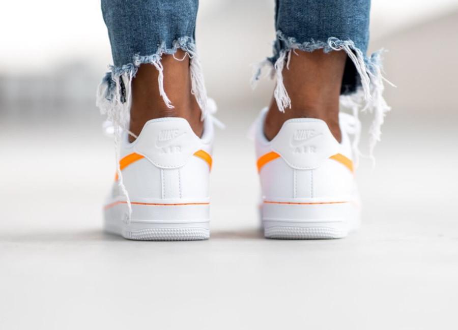 Womens Nike AF-1 blanche grise avec virgule orange (1)