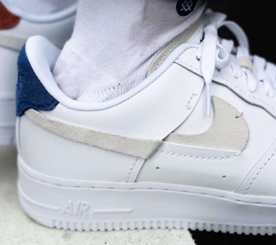 Womens Nike AF1 Deconstructed blanche (vignettes bleu et rouge) (4)