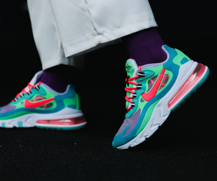 Womens Nike Air Max 270 React bleu ciel vert et rose on feet (4)