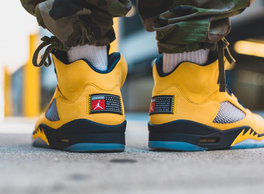 Air Jordan 5 bleue et en suède jaune on feet (2)