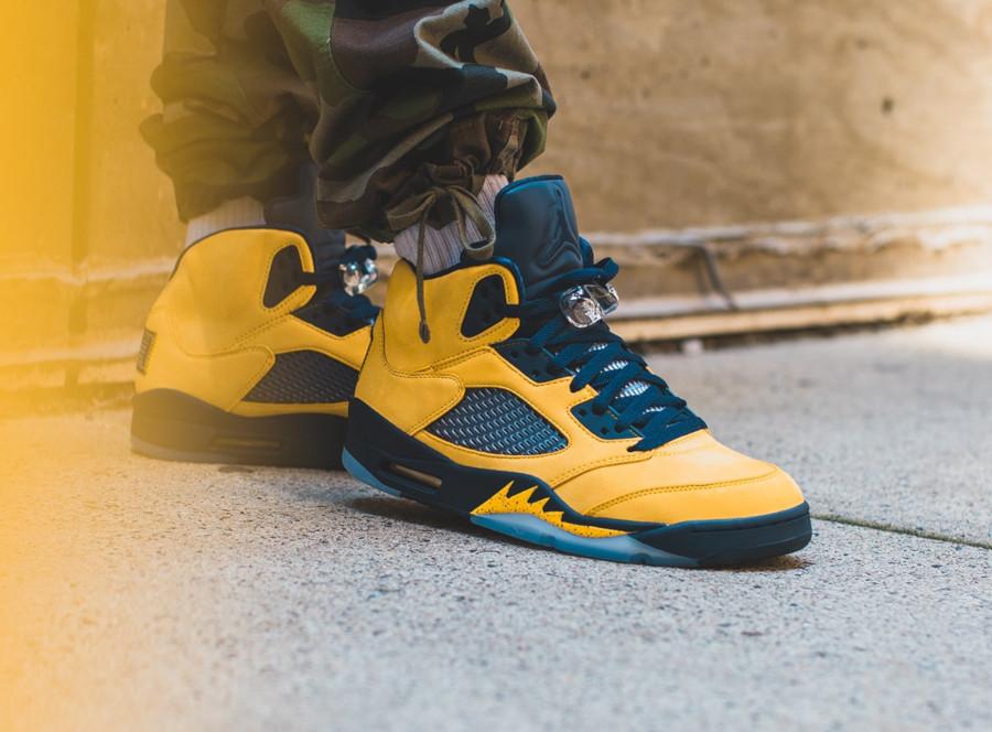 Air Jordan 5 bleue et en suède jaune on feet (3)