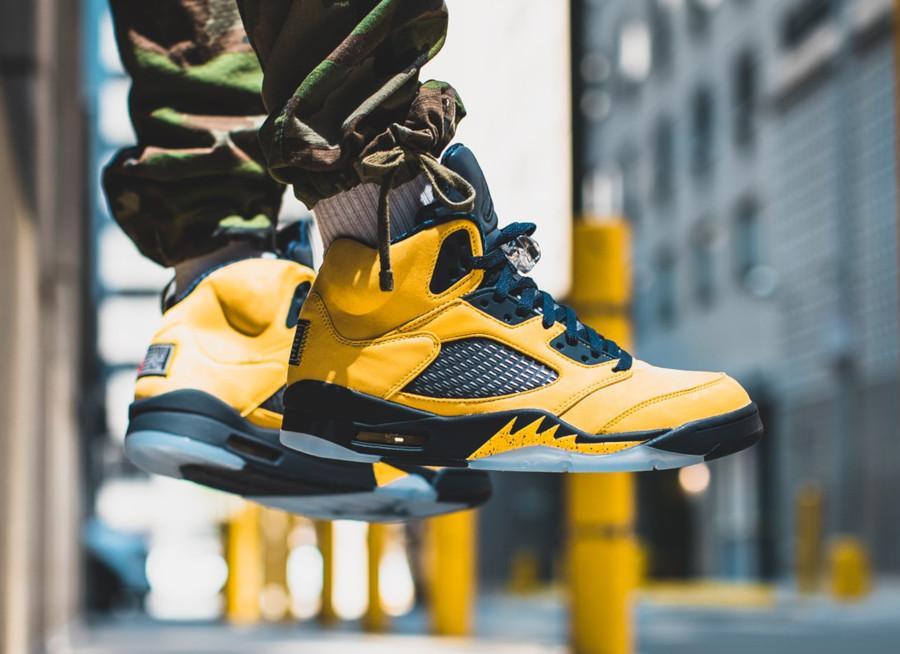 Air Jordan 5 bleue et en suède jaune on feet (4)