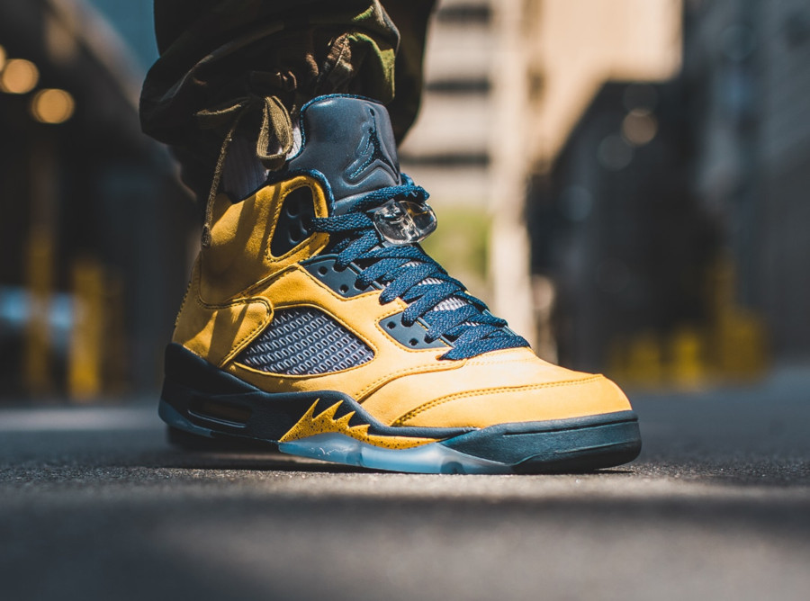 Air Jordan 5 bleue et en suède jaune on feet (5)