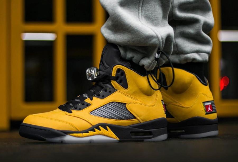 Air Jordan 5 bleue et en suède jaune on feet (6)